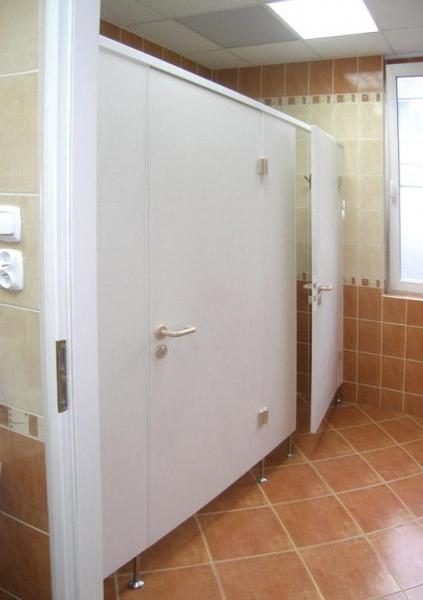 Białe ścianki w toalecie