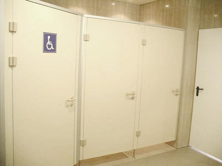 Białe ścianki ze znakiem osoby niepełnosprawnej